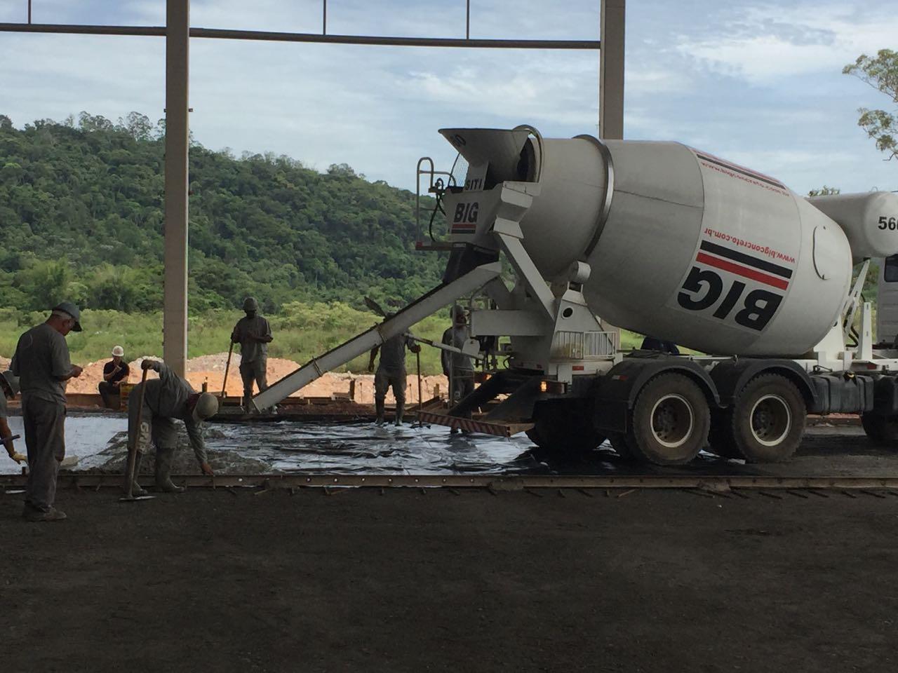 Lançamento do concreto para a execução do Piso Industrial com Macrofibra FF54 PRO